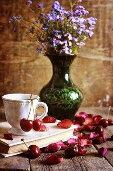 Wiśniowe jagody na drewnianym tle retro