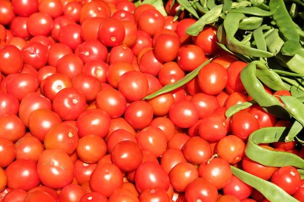 Wiśniowe pomidory i fasola na targu w południowej hiszpanii