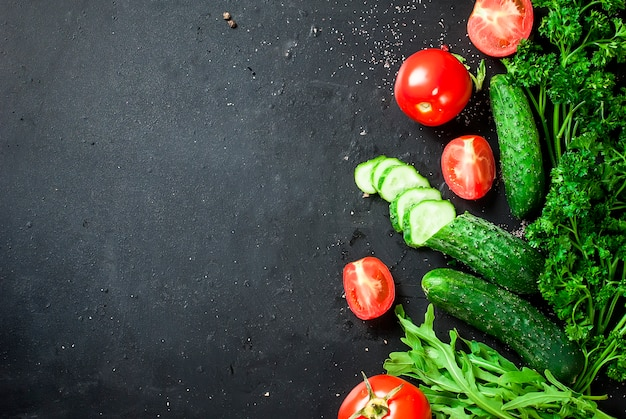 Wiśniowe pomidory na gałęzi, ogórek, pietruszka