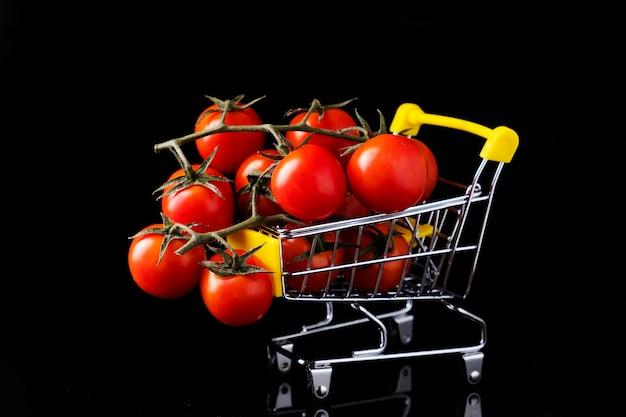 Wiśniowe pomidory w małym wózku