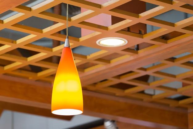Wisząca lampa na drewnianej suficie, w stylu indor, dekoracja oświetleniowa