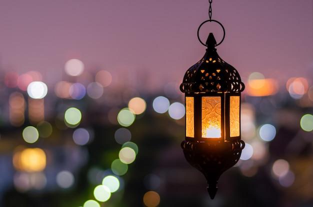 Wisząca latarnia z nocnym niebem na ramadan kareem.