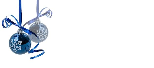 Wiszące dwa niebieskie ozdoby świąteczne na białym tle