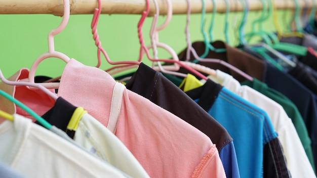 Wiszące kolorowe ubrania