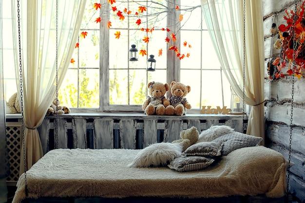 Wiszące łóżko na łańcuszkach