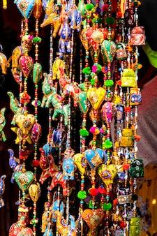 Wiszące ozdoby z indyjskimi postaciami i kolorowymi zawieszkami do dekoracji wnętrz