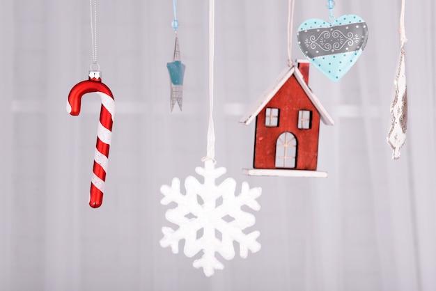 Wiszące piękne ozdoby świąteczne na jasnym tle