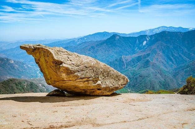 Wiszący kamień w parku narodowym sekwoi usa niesamowity krajobraz od klifu po błękitne niebo