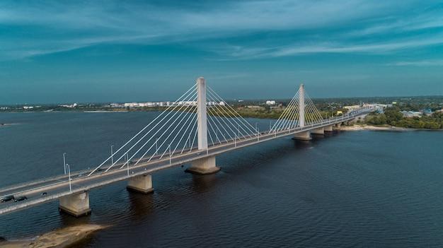 Wiszący most łączy miasto dar es salaam