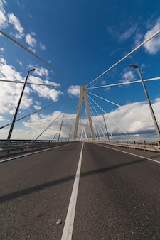 Wiszący most na rzece oka w pobliżu murom i navashino z błękitnym niebem