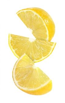 Wiszący, spadający i latający kawałek cytryny, odizolowany