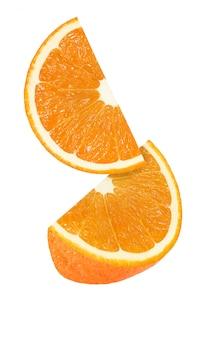 Wiszący, spadający i latający kawałek pomarańczowych owoc odizolowywających