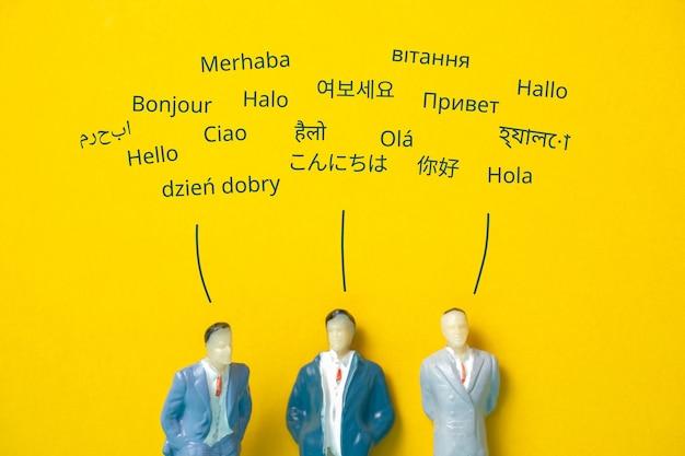 Witają się abstrakcyjni ludzie w różnych językach. koncepcja tłumaczenia.