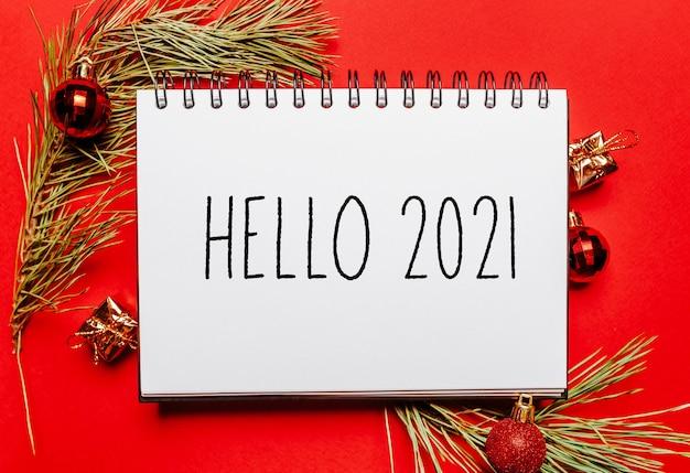 Witam 2021 notatka świąteczna z gałąź jodła na koncepcji czerwonego nowego roku