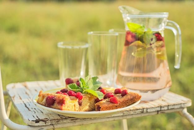 Witam lato, sezon truskawkowy. ciasto z jagodami i dzbanek z napojem miętowo-truskawkowym