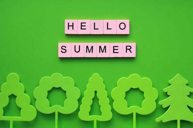 Witam lato słowa drewniane kostki na zielonym tle