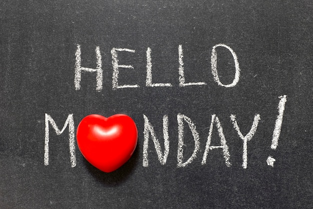 Witam poniedziałek wykrzyknik odręczny na tablicy z symbolem serca zamiast o