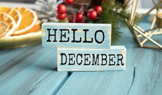 Witam zimowe słowo napisane na bloku drewna. witaj zimowy tekst na drewnianym stole do projektowania, koncepcji.