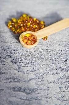 Witamina d z kapsułek oleju rybiego. selektywne skupienie medyczne