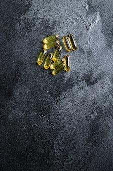 Witamina omega 3 lub kwas hialuronowy w kapsułkach jako suplement diety jako aktywny dodatek