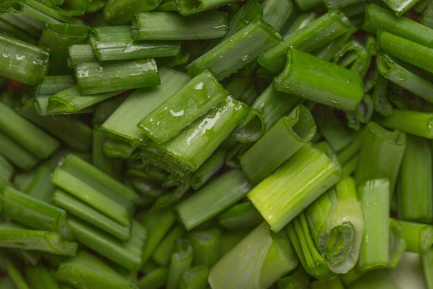 Witamina zielonej cebuli. wiosenna cebula jest źródłem witaminy c. drobno posiekana zielona cebula do sałatki
