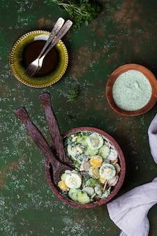 Witaminowa wiosenna sałatka ziemniaczana z jajkiem, rzodkiewką i ogórkami