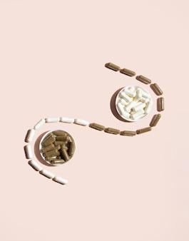 Witaminowe tabletki nasenne waleriany i magnez na różowym tle z modnymi cieniami