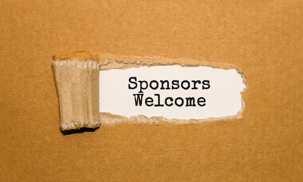 Witamy sponsorów tekstu za podartym brązowym papierem