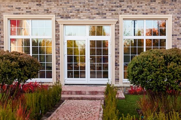Witryna sklepowa z dużymi przeszklonymi oknami i drzwiami