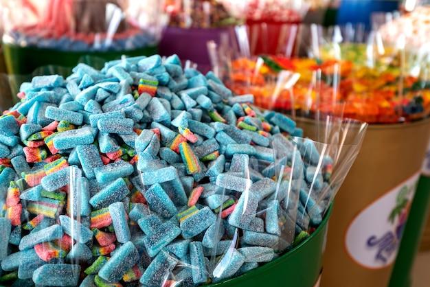 Witryna sklepowa z kolorowymi słodyczami, żelkami i marmoladą.