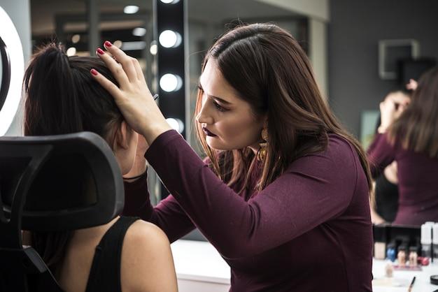 Wizażystka aplikująca makijaż