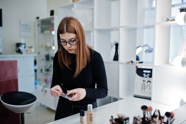 Wizażystka pracuje w salonie piękności. kobieta profesjonalny makijaż mistrza.