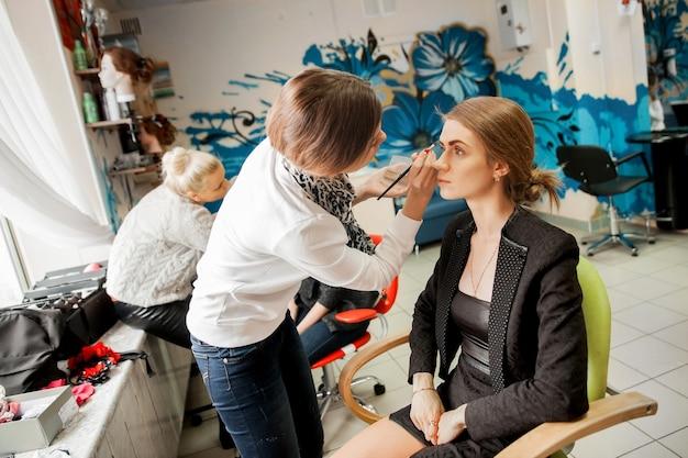 Wizażystka robi makijaż u swojego klienta