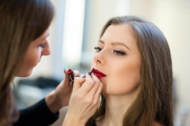 Wizażystka sprawia, że piękna dziewczyna makijaż