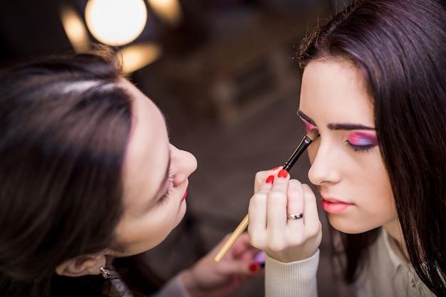 Wizażystka stosuje makijaż