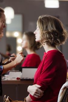 Wizażystka tworzy piękny makijaż dla modelki