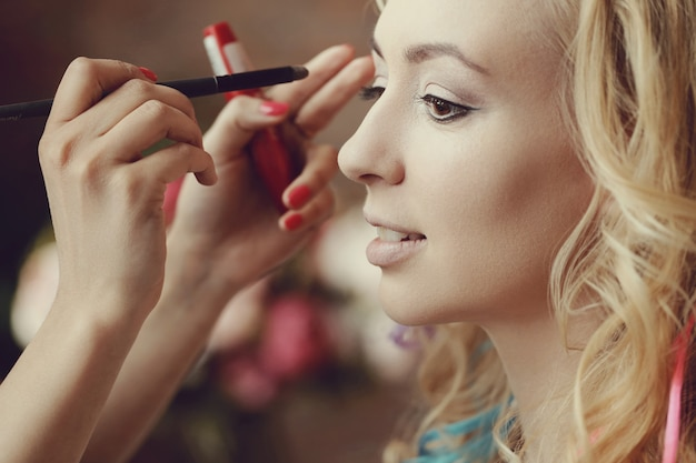 Wizażystka z piękną blond kobietą
