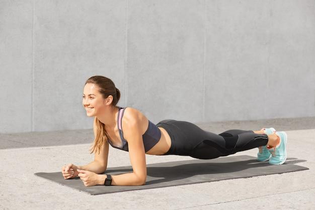 Wizerunek atrakcyjna młoda kobieta z zdrowym ciałem