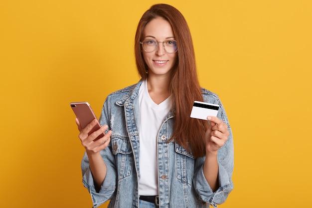 Wizerunek Atrakcyjny Kobiety Areszt Przy Sądzie Telefon I Kredytowa Karta W Rękach Premium Zdjęcia