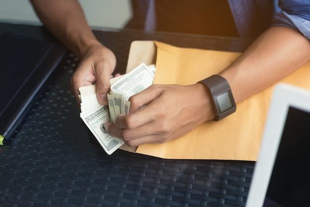 Wizerunek biznesmena negocjuje wspólną transakcję finansową