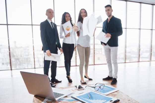 Wizerunek biznesowi dokumenty na miejscu pracy z partnerami oddziała wzajemnie na tle. koncepcja pracy zespołowej