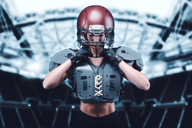 Wizerunek dziewczyny na stadionie w stroju zawodnika drużyny futbolu amerykańskiego. koncepcja sportu. różne środki przekazu