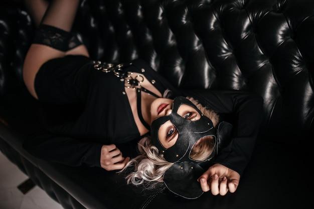 Wizerunek figlarnie catwoman pozuje patrzejący kamerę