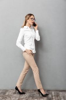 Wizerunek kobiety młody biznes na białym tle