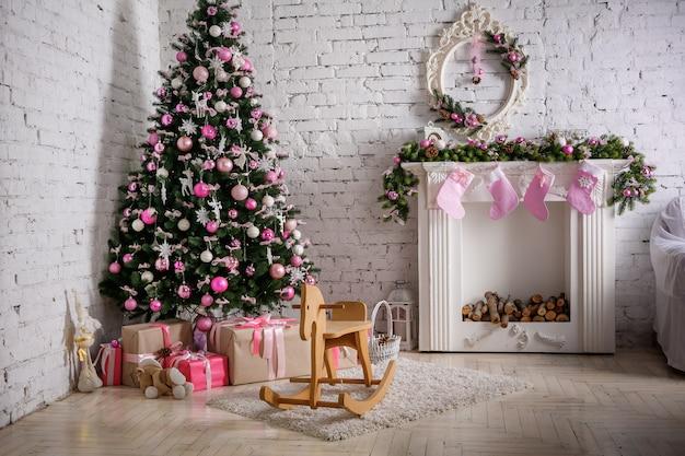 Wizerunek kominu i dekorujący xmas drzewo z prezentem