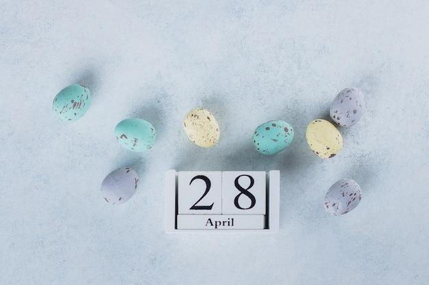 Wizerunek kwiecień 28 drewniany kalendarz na lekkim stołowym tle. wiosna wielkanocna karta wakacje.