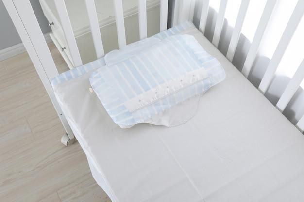 Wizerunek łóżka dziecka pod bielą