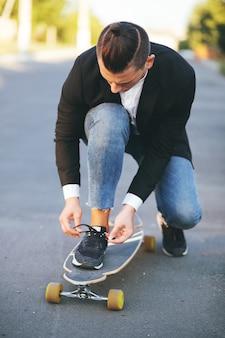 Wizerunek mężczyzna z longboard iść na drodze