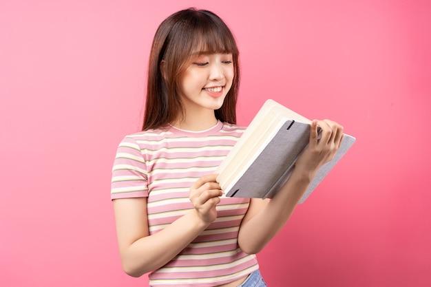 Wizerunek młodej dziewczyny azjatyckich na sobie różową koszulkę na różowo