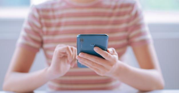 Wizerunek młodej kobiety azji za pomocą smartfona
